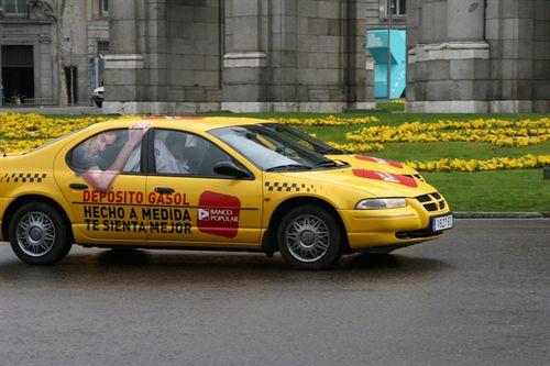 Banco popular usa taxis con la imagen de Gasol para promover su negocio