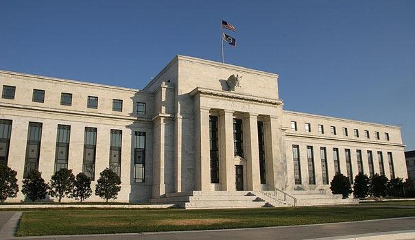 La FED aprueba fortalecer el capital de bancos en EE.UU