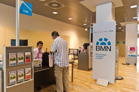 Bmn suprimir empleos y oficinas for Oficinas la caixa santander