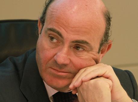 Guindos afirma que mantendrá el IVA y rebajará el IRPF