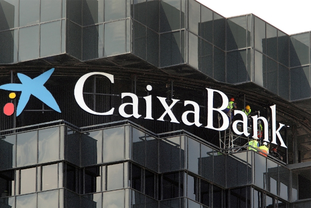 Caixabank estudia vender la mitad de su participación en GFI