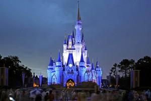 Trabajadores de Disney exigen mejoras de salario
