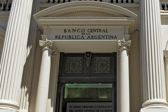 El peso argentino se devalúa de nuevo