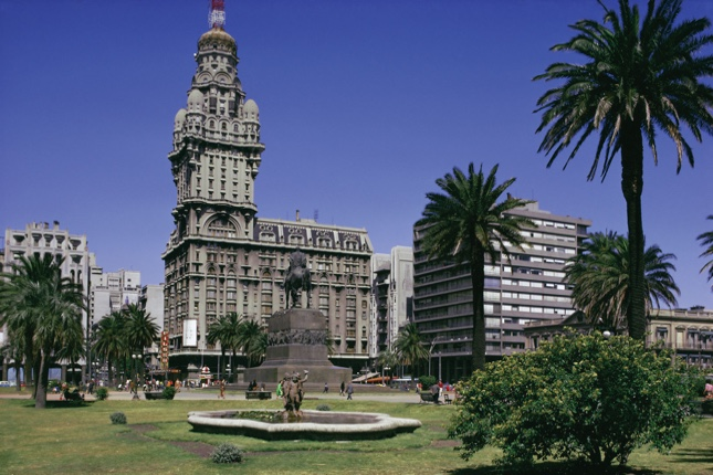 Uruguay emite bono por 1700 millones de dólares