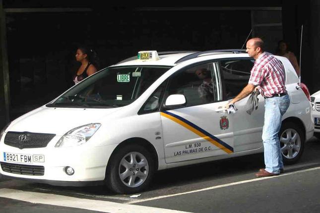 La CE avisa a Uber que debe respetar las leyes