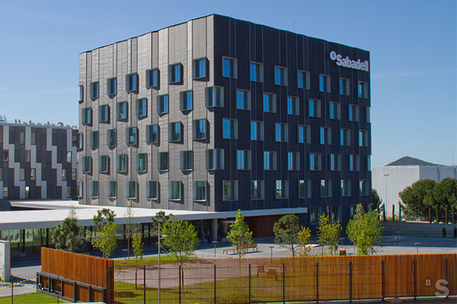 Banco Sabadell estudia la venta de su filial de renting de coches