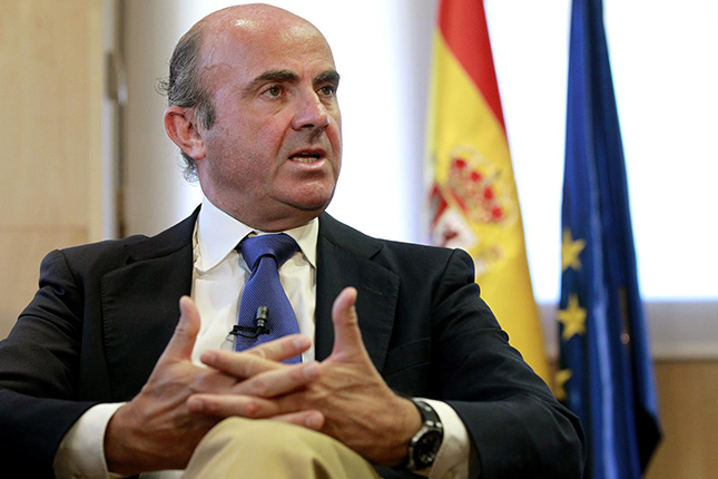De Guindos ve positivo para España que el petróleo ronde los 50 dólares