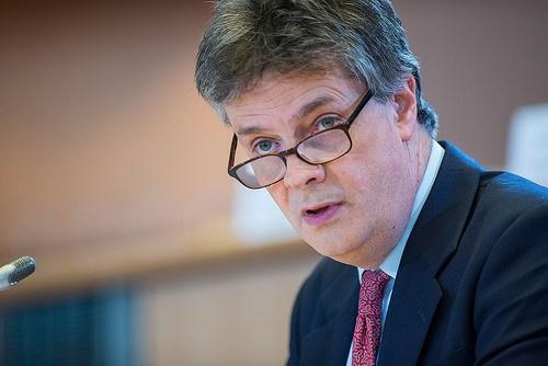 Jonathan Hill prevé nuevas concentraciones en el sector bancario