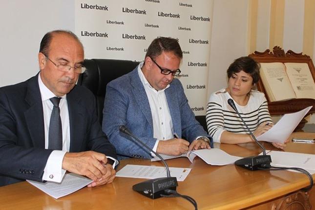 Liberbank aporta 60.000 euros para el césped del Estadio Romano