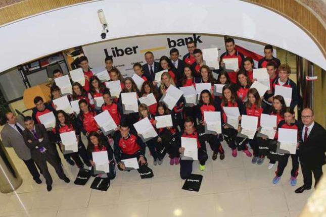 Liberbank y Grupo Covadonga entregan becas a deportistas