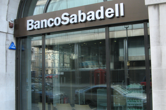 S&P mejora la nota de Banco Sabadell