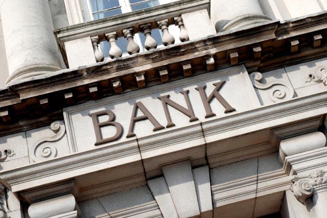 Las oficinas bancarias en España se reducen a la mitad