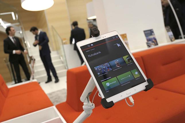 Kutxabank inaugura una oficina inteligente en San Sebastián