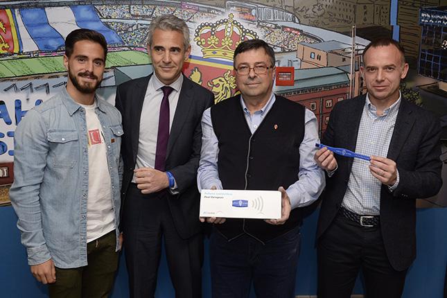 CaixaBank entrega pulseras Visa contactless a los peñas del Real Zaragoza