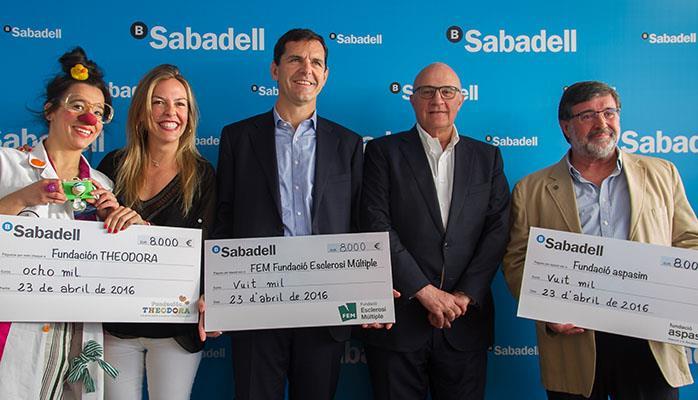 Banco Sabadell entrega 24.000 euros a las fundaciones Esclerosis Múltiple, Aspasim y Theodora