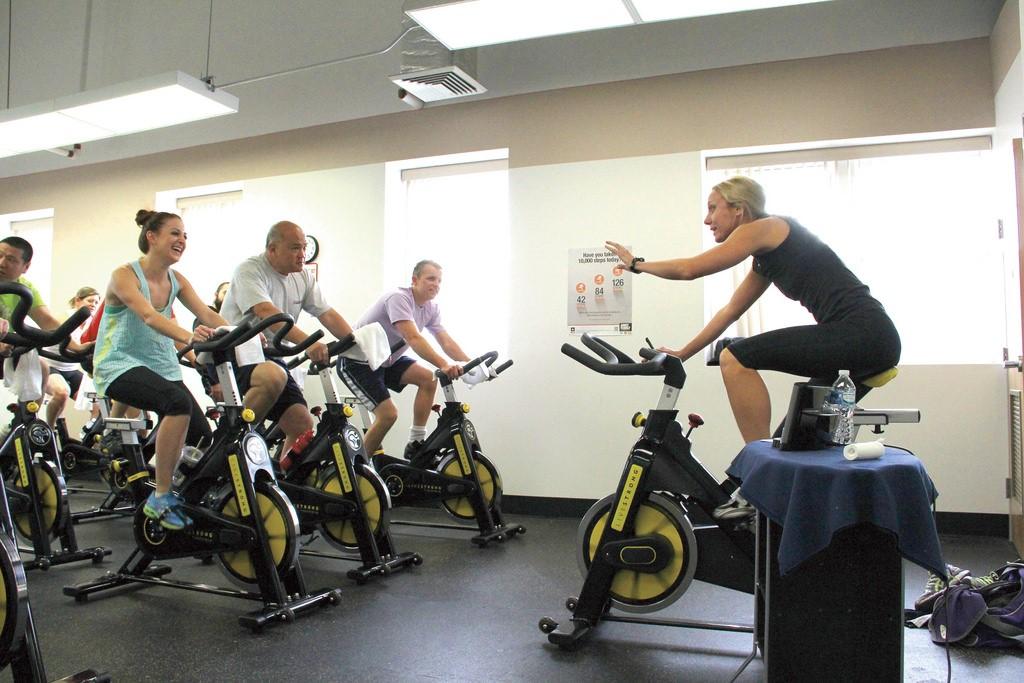 Actividades para bicicletas est ticas for Clases de spinning