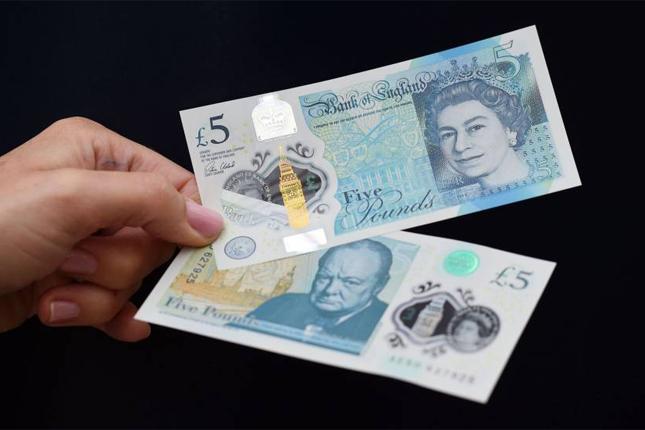 El nuevo billete de plástico de cinco libras entra en circulación