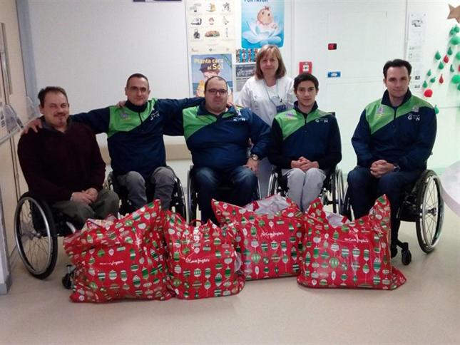 El-Corte-Inglés-y-el-Club-BSR-de-Valladolid-regalan-juguetes-a-niños-hospitalizados