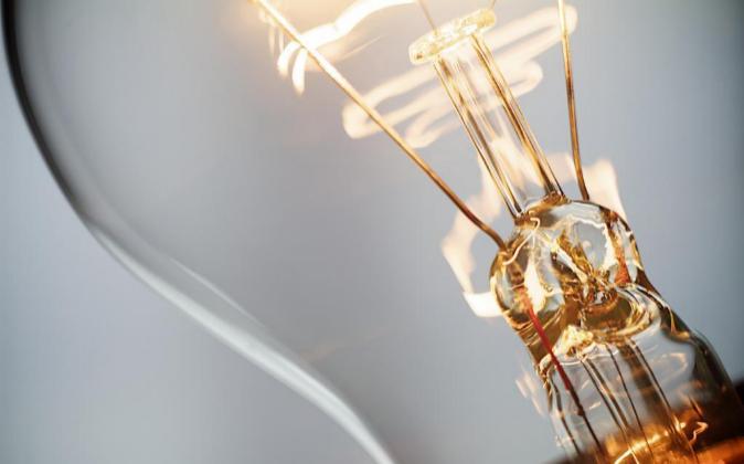 El precio de la electricidad baja un 13% en mayo, y el recibo un 6%
