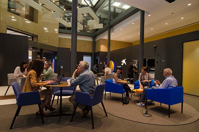 Caixabank inaugura un nuevo concepto de oficina en castell n for Oficinas bankinter castellon