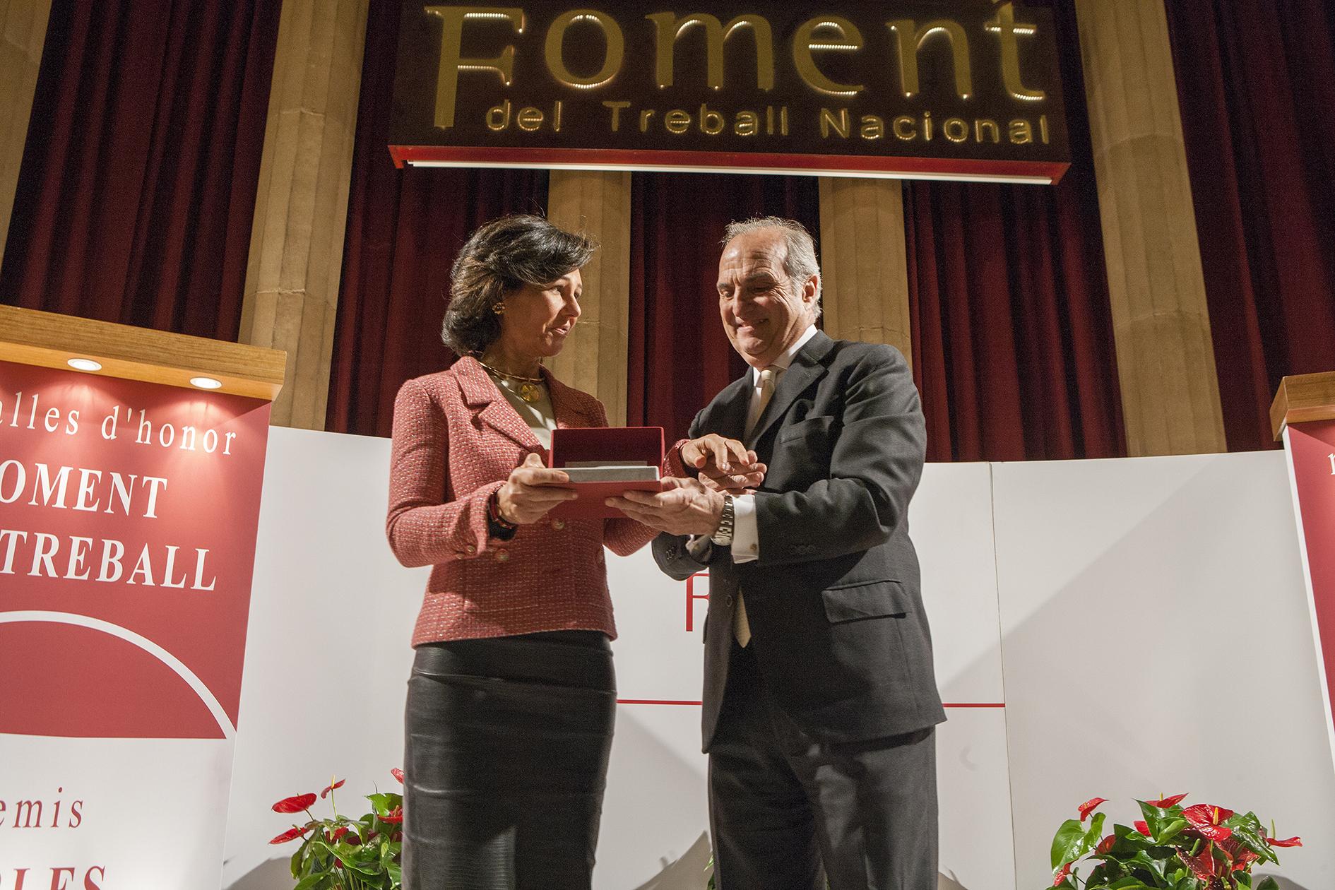 Ana Botín recoge en Barcelona la Medalla de Honor como Empresaria del Año 2017