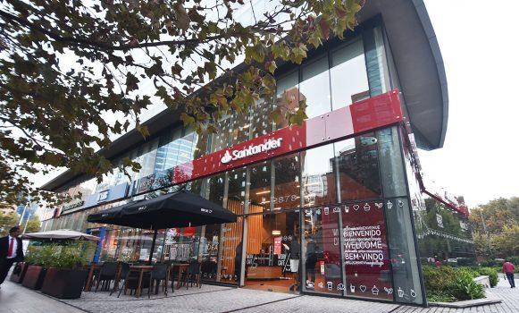 José Antonio Álvarez (Banco Santander) acompaña apertura de un nuevo Work Café en Chile