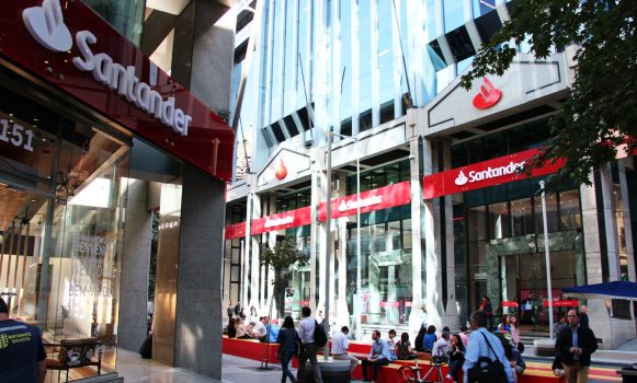 """S&P mejora las perspectivas de Banco Santander Chile y mantiene el rating en """"A"""""""