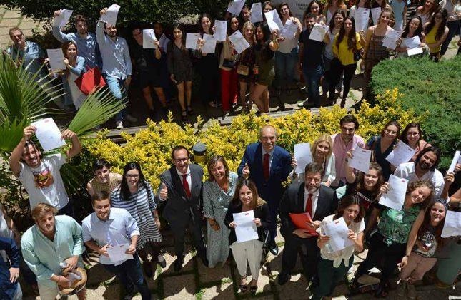 Banco Santander entrega más de 100 becas a estudiantes de la Universidad Católica de Valencia