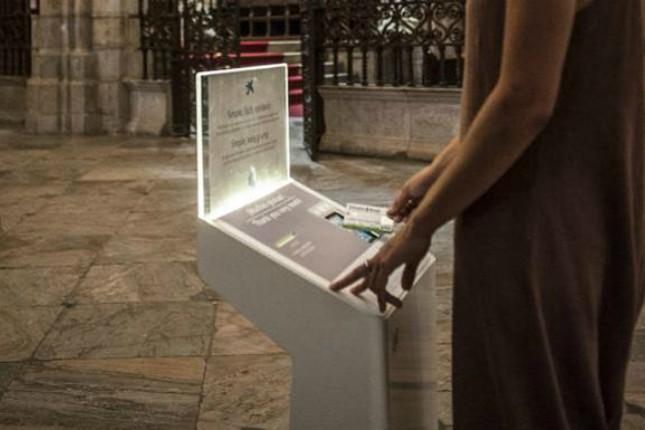 CaixaBank instala cepillos digitales en la Catedral de Málaga para que los fieles hagan donativos contactless