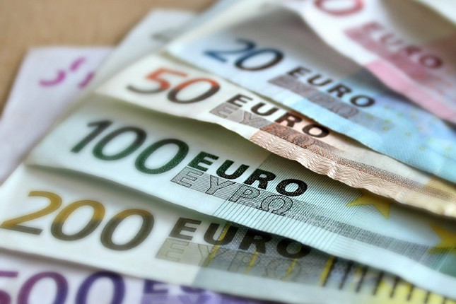 AEB propone aumentos salariales del 0,75% en 2022 y en 2023