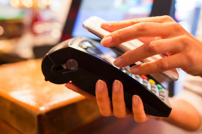 Los clientes de BBVA duplican el uso del móvil en los pagos en el último año