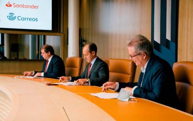 Banco Santander y Correos firman un acuerdo para ofrecer servicios financieros básicos en toda España