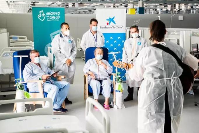 La Fundación 'la Caixa', CaixaBank y Músicos por la Salud llevan contenido musical a pacientes del Zendal